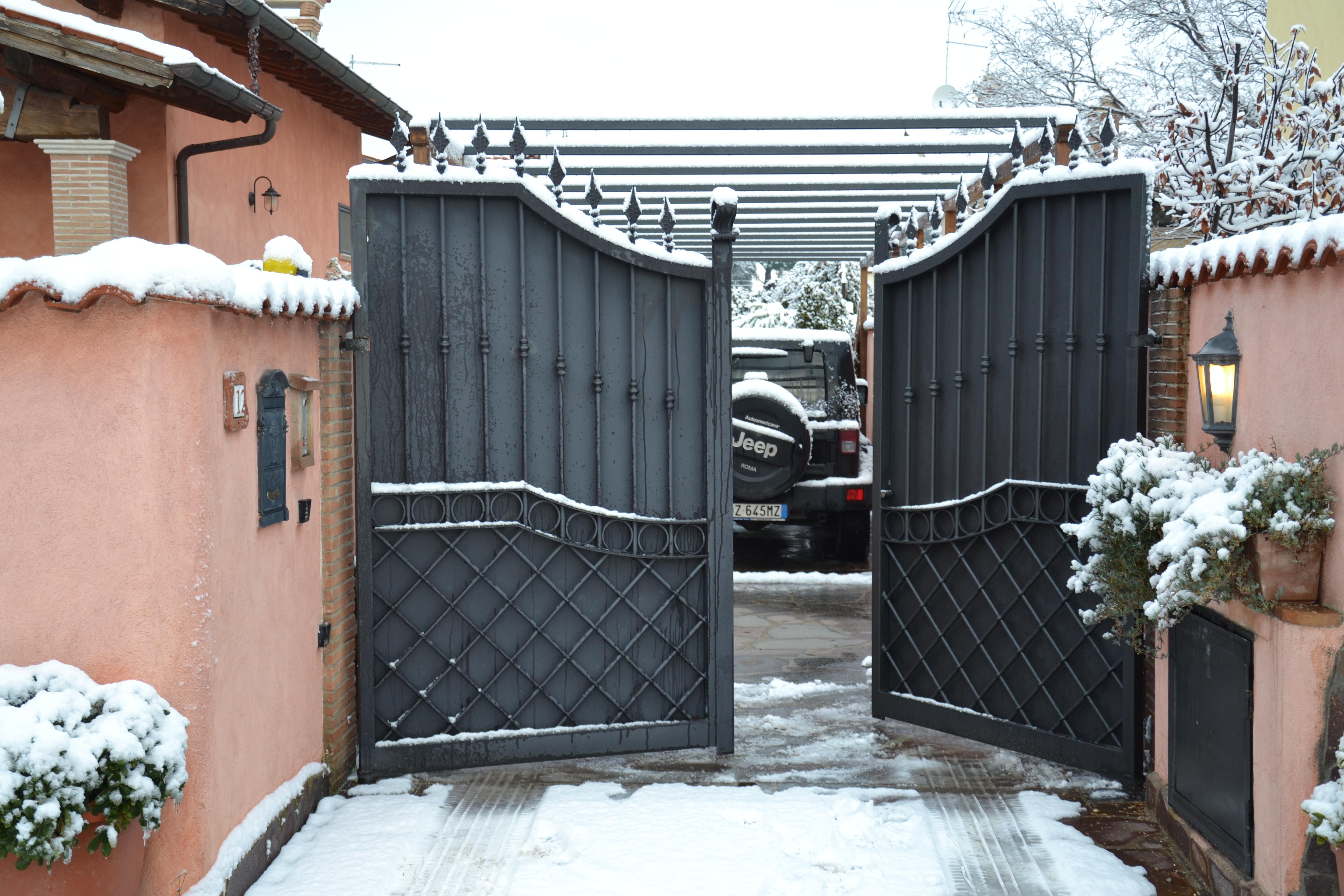 cancello battente residenziale con rarissima nevicata a Roma!!